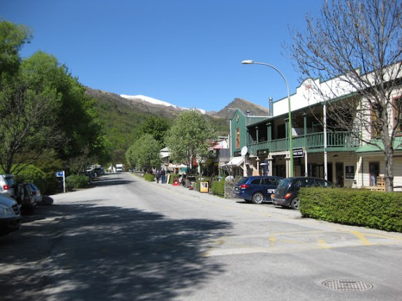 Arrowtown - road by the river