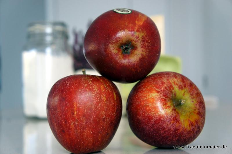 Drei knackige rote Äpfel
