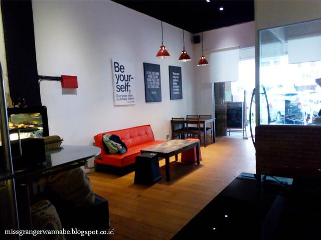 i-hate-monday-coffe-moi-interior-depan-3