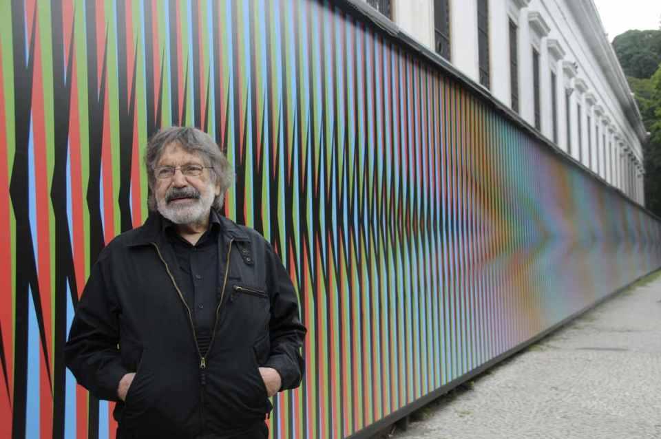 Carlos Cruez Diaz egyik alkotása előtt