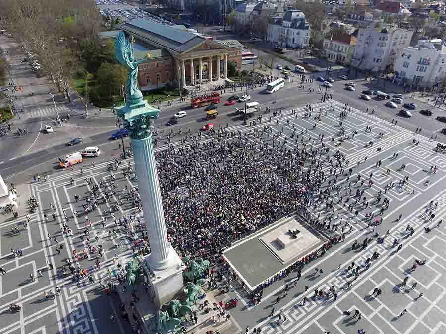 Budapest, 2016. április 2. A drónfelvételen a párnacsata a Hősök terén, Budapesten 2016. április 2-án. Április első hétvégéjén tartják világszerte a párnacsata napot. MTI Fotó: Ruzsa István