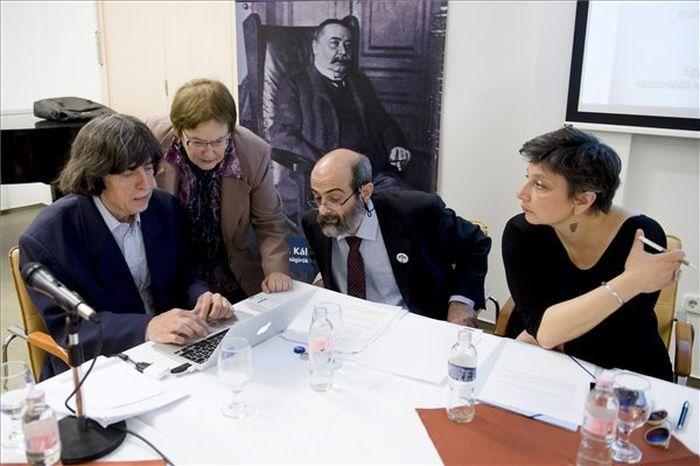 Deák Dániel, a Civil Közoktatási Platform jogi szakértője (b), Juhász Ágnes, a platform munkacsoportjának vezetője (b2), Miklósi László, a Történelemtanárok Egyletének elnöke (j2) és Törley Katalin, a Tanítanék mozgalom képviselője (j) a Magyar Újságírók Országos Szövetsége (MÚOSZ) székházában, ahová meghívták a kormány képviselőjét 2016. április 12-én. A kormány nem képviseltette magát a tanácskozáson. MTI-fotó: Koszticsák Szilárd