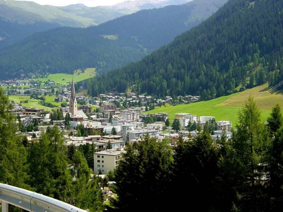 Davos látképe az Alpok vonulataival. Fotó: P. Sz.