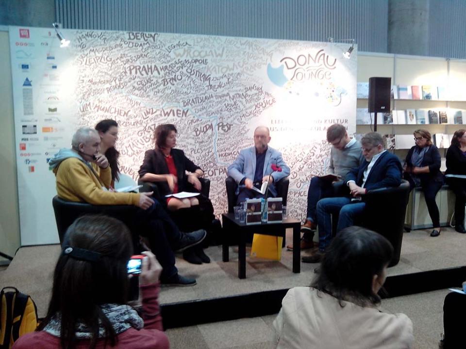 Darvasi László (szinkrontolmáccsal), Angelika Klammer, Cornelius Hell és Josef Formánek (szinkrontolmáccsal) beszélget.