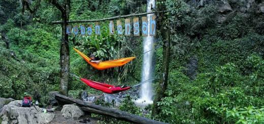 Bergelantungan dengan hammock di dekat air terjun juga bisa loh! via @duinnar