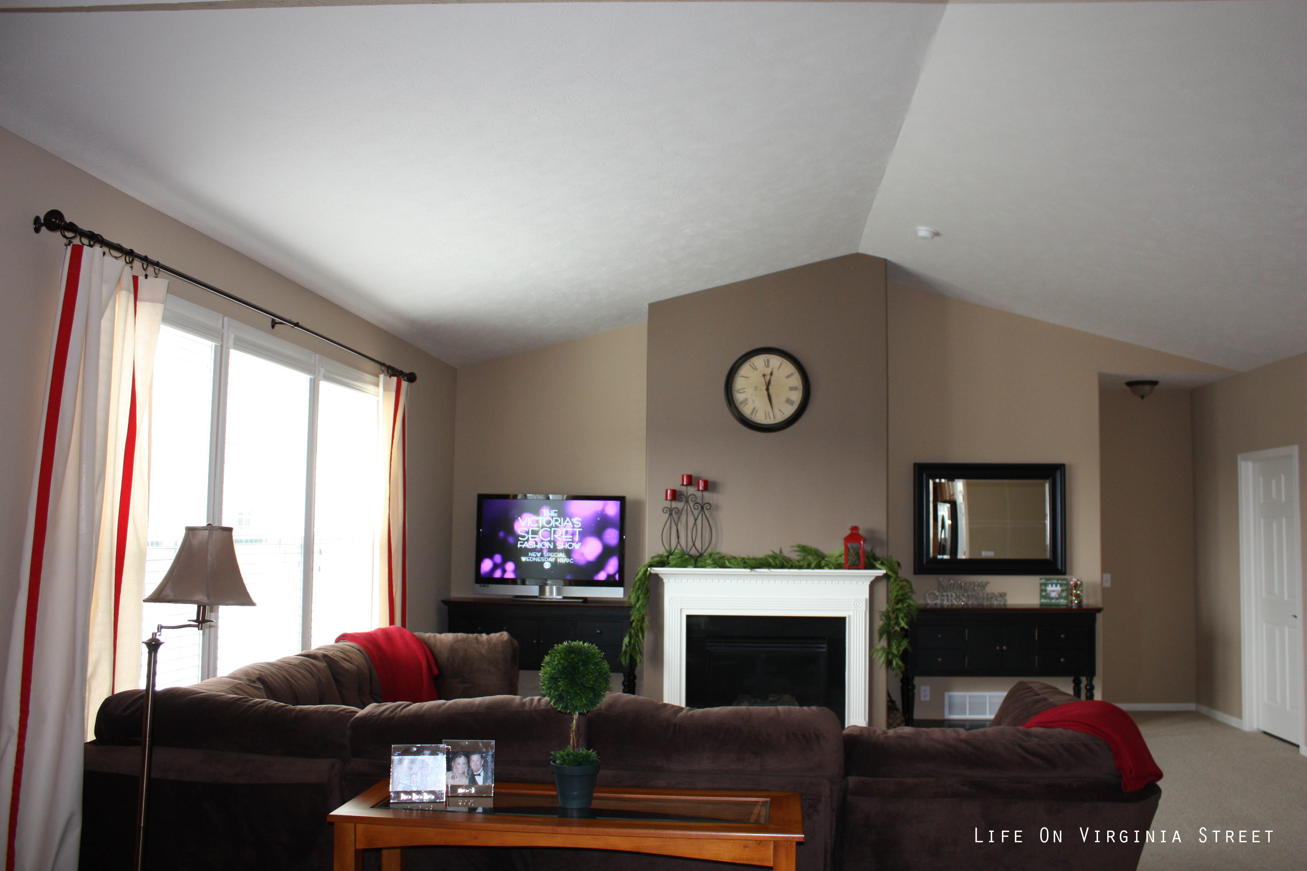 Brown walls with dark brown accent wall paint home decorating ideas living room