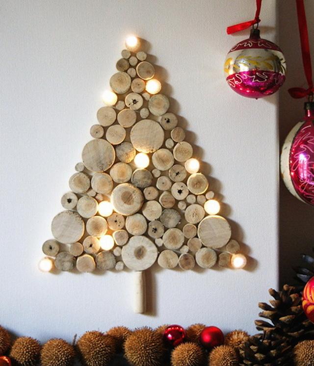 Ancora legno, per un albero di Natale fai da te da fissare al muro e da arricchire con luci, fiocchi, o altre decorazioni che più preferite.