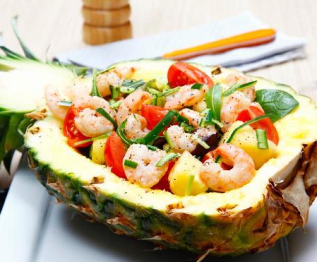 insalata-di-pollo-avocado-ananas-gamberetti