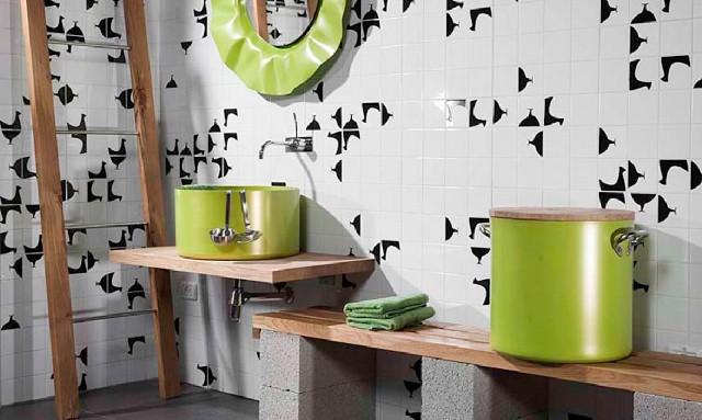 Pentole e tazzine in bagno (11)