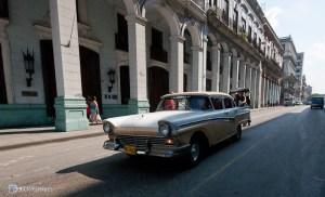 Красивый автомобиль в Гаване