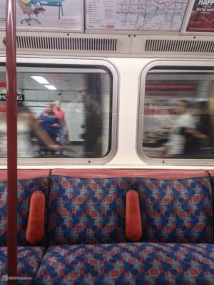 Уютные диванчики Лондонской подземки
