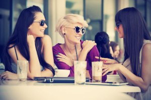 girls-talk-in-cafe