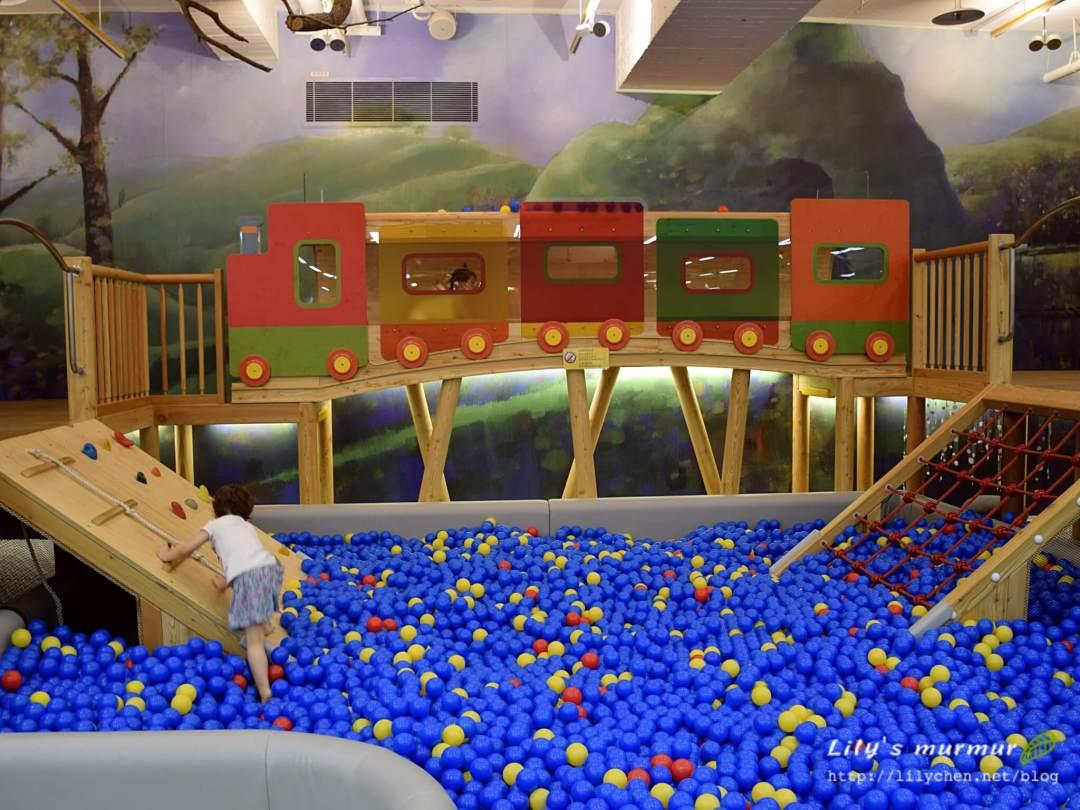信誼親子館的森林火車球池