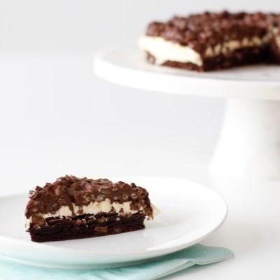 Brownie kaka með smjörkremi og hnetusmjörs-rice crispies toppi - Þess slær allstaðar í gegn!