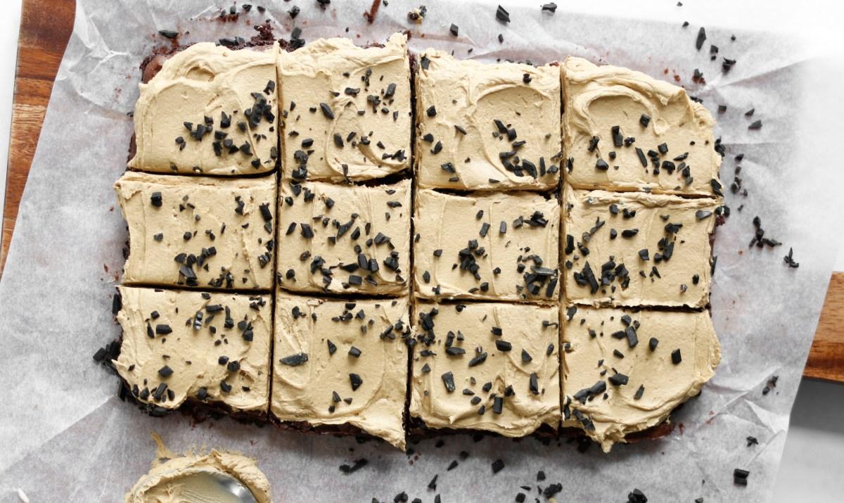 Ofur einföld og ótrúlega ljúffeng brownie með lakkrís smjörkremi