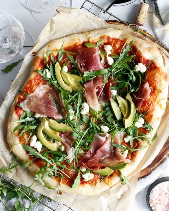 Heimabökuð pizza með hráskinku, ruccola, sveppum, avocadó og mosarella perlum