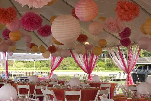 papir lanterner og pom poms bryllup dekor