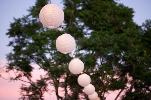 papirlanterner og lyslenke utendørs