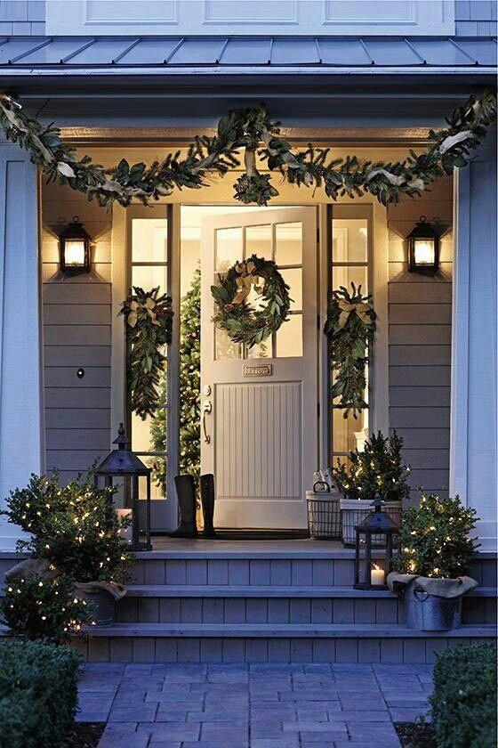 Inngangsparti enkelt pyntet til jul i grønt
