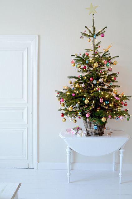 juletre fargede kuler hvitt rom