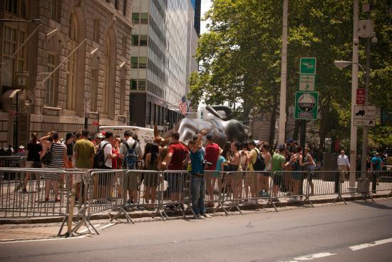 charging bull wall street med turister rundt