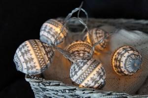 Lyslenke strikkede julekuler grå miljøbilde