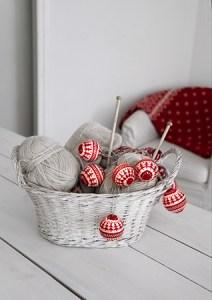 Lyslenke strikkede julekuler rød miljøbilde 1