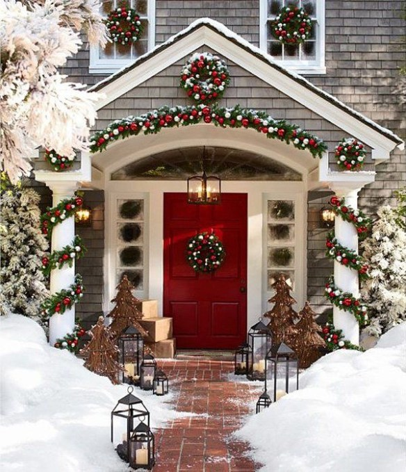 julepyntet inngangsparti snø