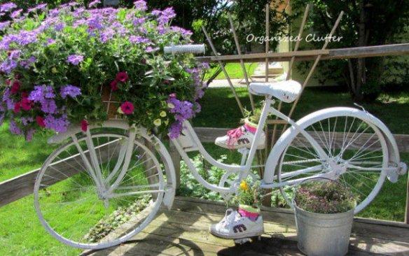 gammel sykkel lakkert og med blomster