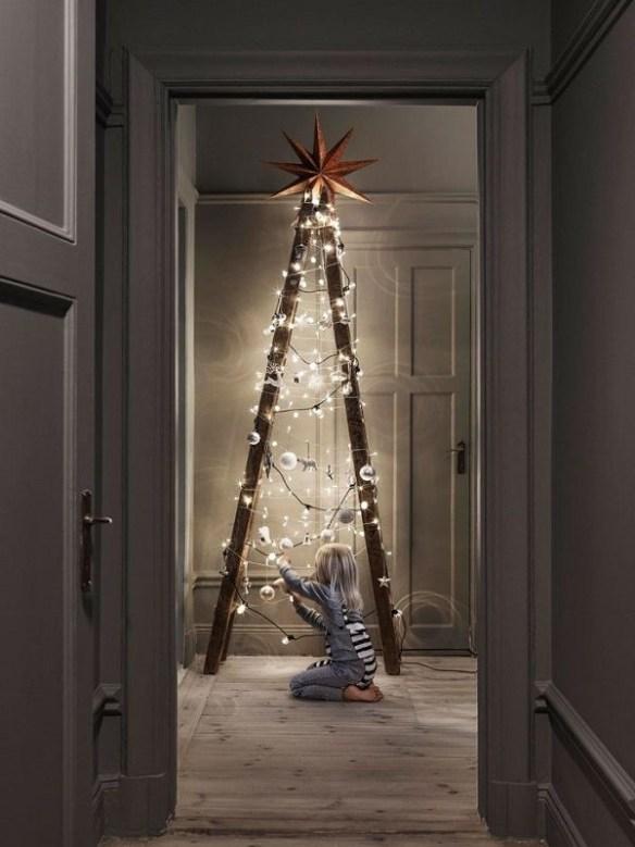 juletre-av-en-gammel-gardintrapp-i-tre-med-lys