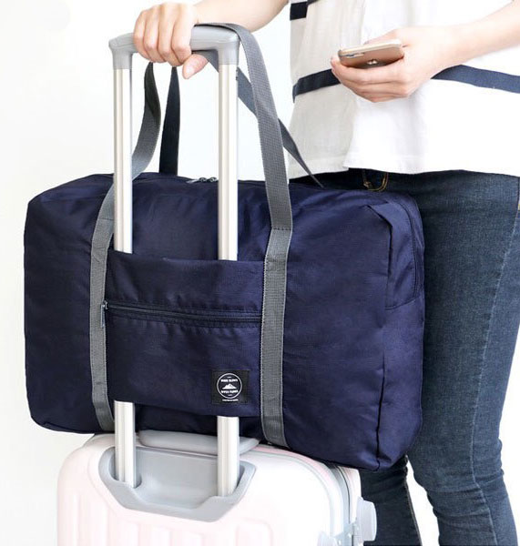 Reisebag til koffert blå på koffert miljøbilde woweffekt - fri frakt
