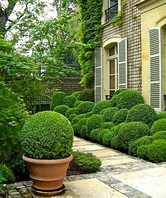 Front Entry Garden idea–so very charming