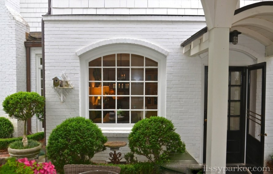 The arched window gives a little peek inside—yes, please