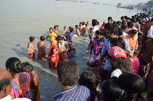7_Holy_Bathe_in_Ganges