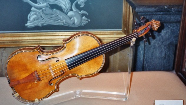 Stradivarius_violin,_Palacio_Real,_Madrid