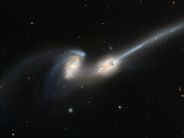799px-Merging_galaxies_NGC_4676_(captured_by_the_Hubble_Space_Telescope)