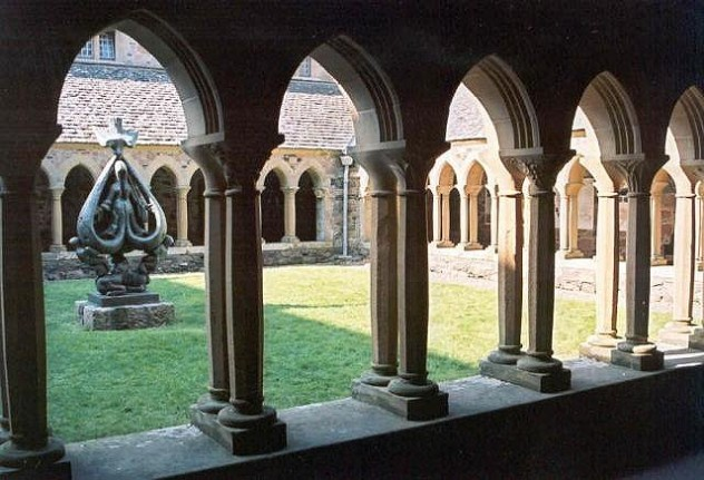 Cloisters_of_Abbey_on_the_Isle_of_Iona