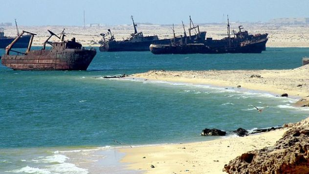 640px-Ships_graveyard,_Nouadhibou,_Mauritania-2
