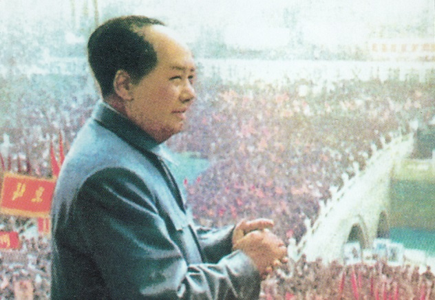Mao_Zedong_in_front_of_crowd
