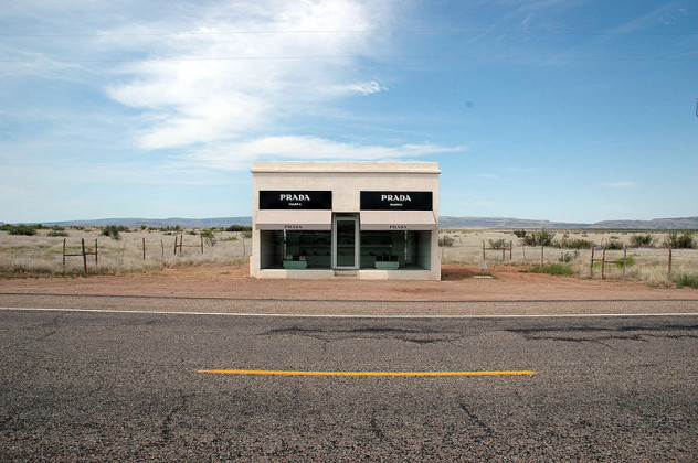 800px-Elmgreen_&_Dragset_-_Prada_Marfa_-_Head_on