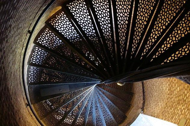 1024px-Pensacola_lighthouse_spiral_staircase