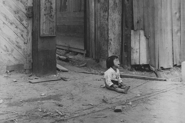 A_small_South_Korean_child_sits_alone_in_the_street,_after_elements_of_the_1st_Marine_Division_and_South_Korean..._-_NARA_-_531374