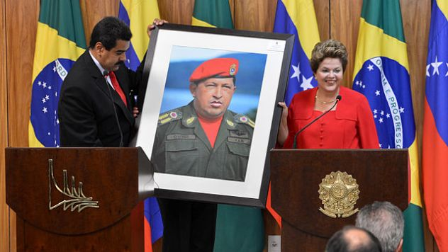 Dilma_Rousseff_receiving_a_Hugo_Chávez_picture_from_Nicolás_Maduro