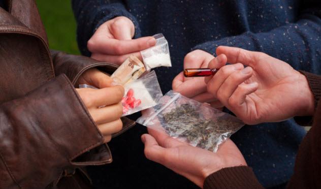 2-drug-deal-450669263