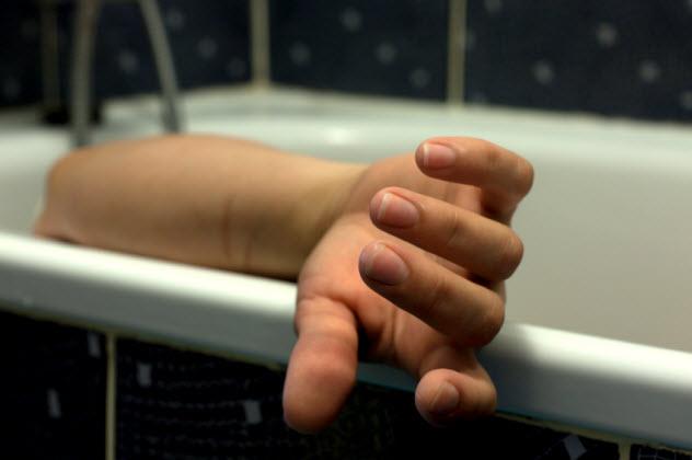 7-dead-woman-bathtub_000025563400_Small