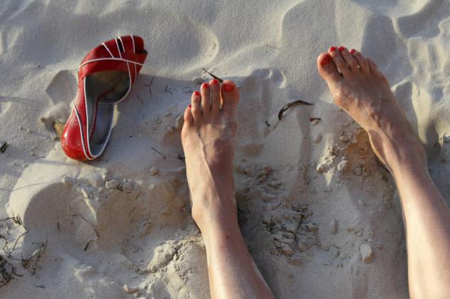 6-woman-feet-beach_000007898375_Small