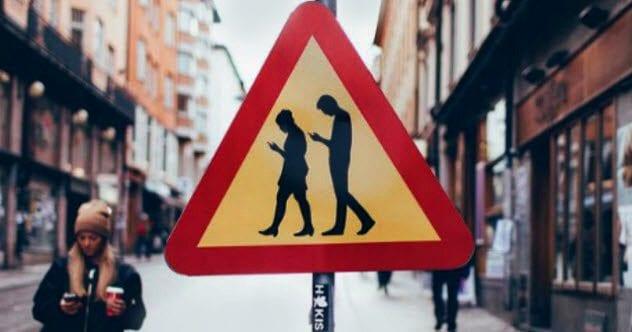 6b-swedish-zombie-smartphone-user-signs