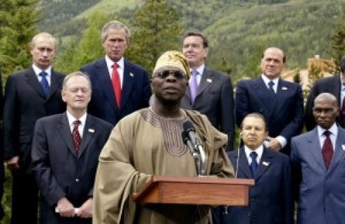 Obasanjo makes a statement at the closing ceremony of the G8 Summit in Canada, 2002. Photo: Luke FRAZZA. Getty Images.