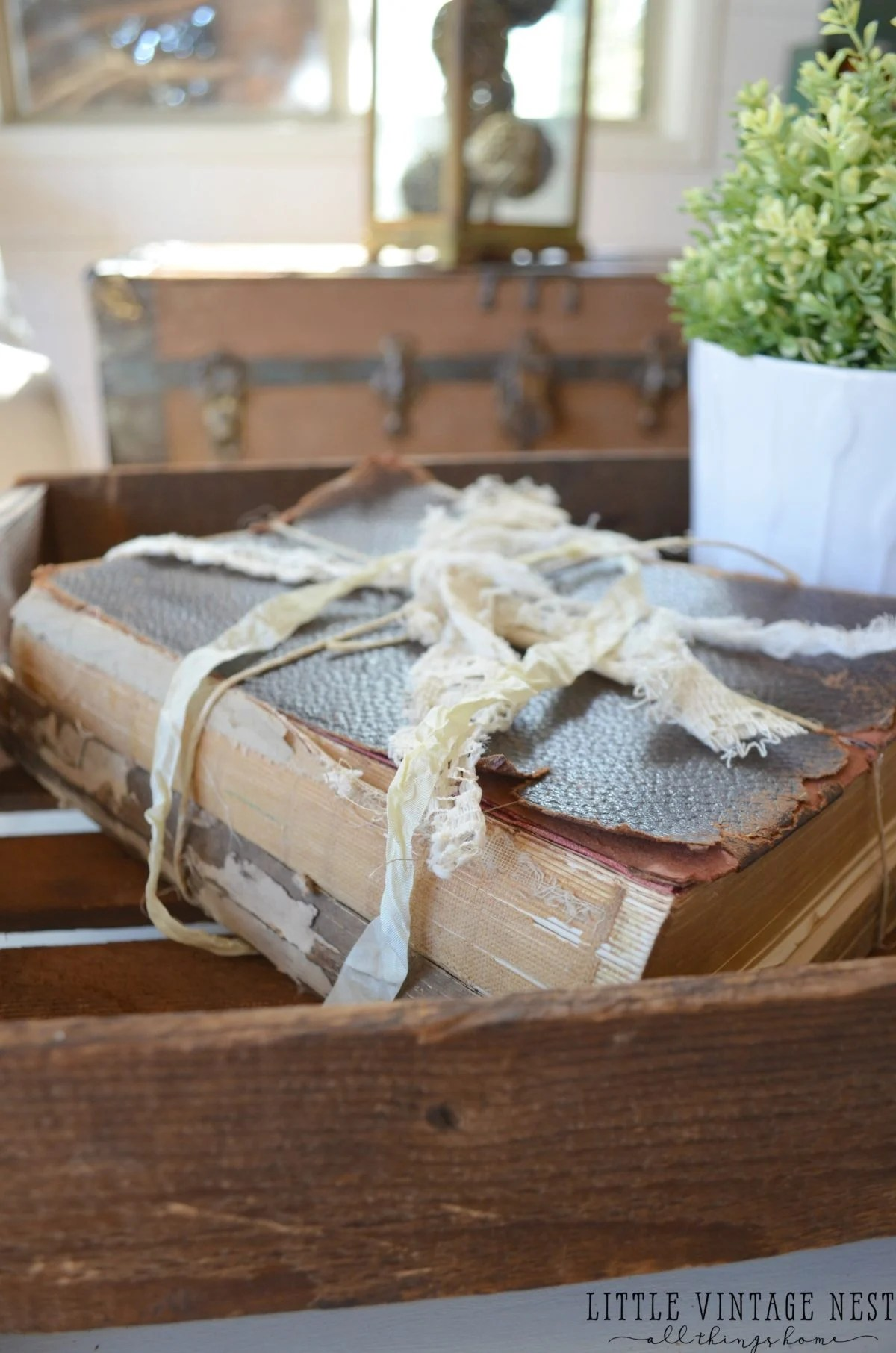 Alten Tisch Dekorieren 5 Ways To Decorate With Old Books Little Vintage Nest