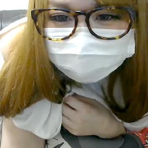 (らいぶちゃっとムービー)カネ髪眼鏡のサブカル女子っぽいシロウトが美巨乳と伸びかけマン毛を生公開☆
